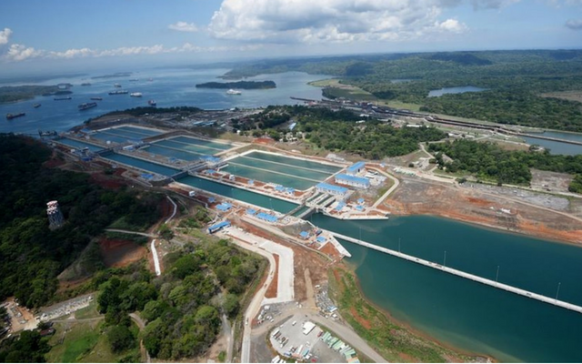 Ships waiting to pass through locks at Panama Canal